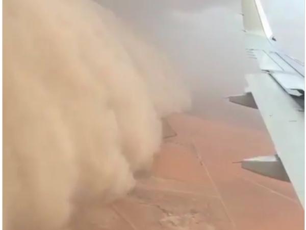 Ураган в Астане повалил кран, сорвал крыши и выкинул самолет на газон при посадке