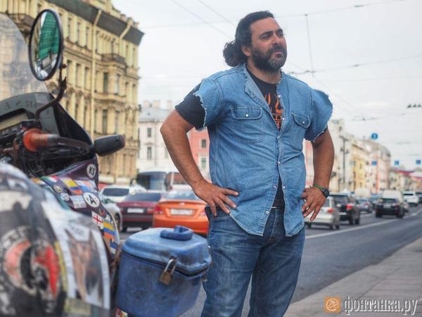 Путешествующая 16 лет на мотоциклах семья из Аргентины добралась до Петербурга