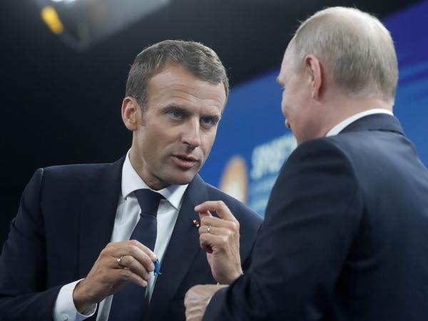 Французские бизнесмены подарили Путину синего петуха