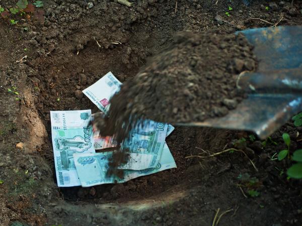 Как долговые ямы превращаются в реальные