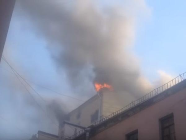 К «Пассажу» на Невском запрошены дополнительные силы пожарных
