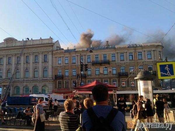 Пожар в «Пассаже» парализовал движение по Невскому и Садовой