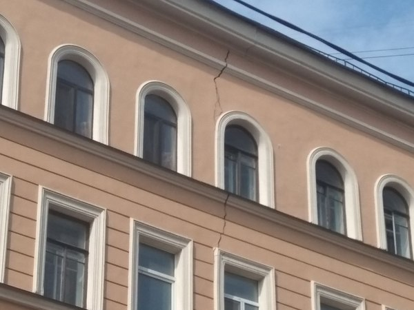 На Александра Невского треснул исторический дом, зажатый между двух строек