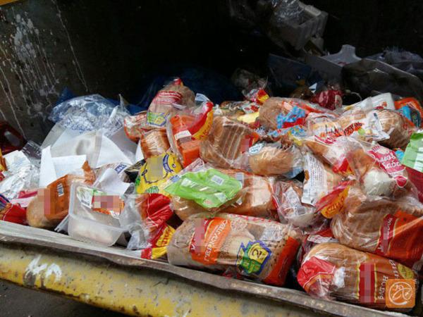 Петербуржцы снова поймали сотрудников «Пятерочки» на выбрасывании хлеба и других продуктов