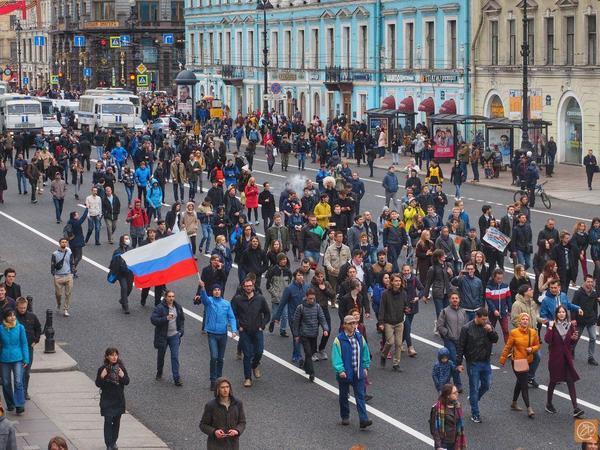 Сторонники Навального вышли на Невский проспект. Движение перекрыли