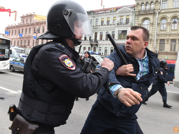 ОМОН задерживает сторонников Навального на Невском