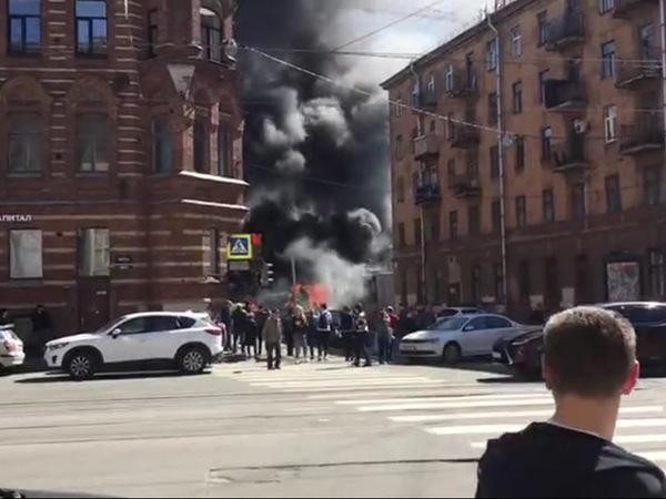 В центре Петербурга полыхает грузовик