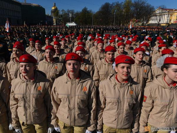 В Петербурге начался парад с сюрпризами