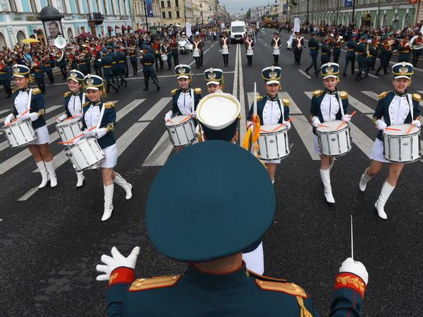 В Петербурге стартовало дефиле 800 военных музыкантов