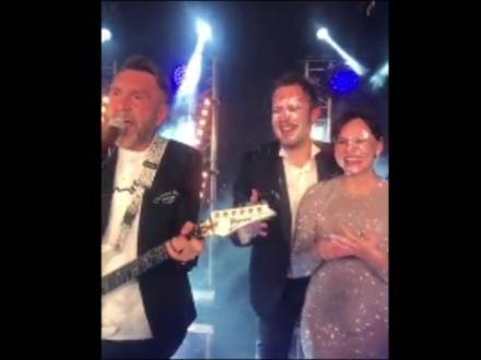 На свадьбе писателя Цыпкина спел воодушевленный тортом Шнуров