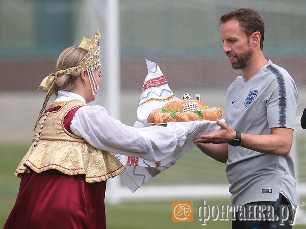 Английские футболисты не стали есть каравай перед тренировкой в Зеленогорске
