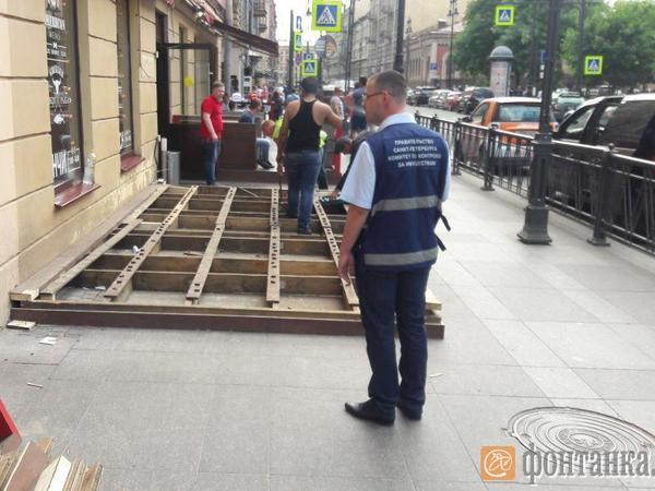 Смольный снес три летних кафе и десять лотков и автолавок в центре Петербурга