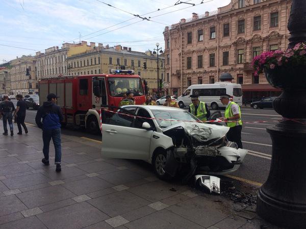 На Невском машина вылетела на тротуар, очевидцы говорят о пострадавших
