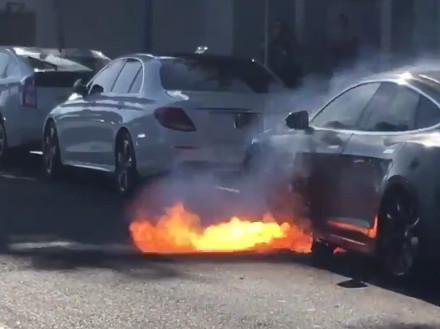 Tesla режиссера «Карточного домика» вспыхнула во время езды. Пожар попал на видео