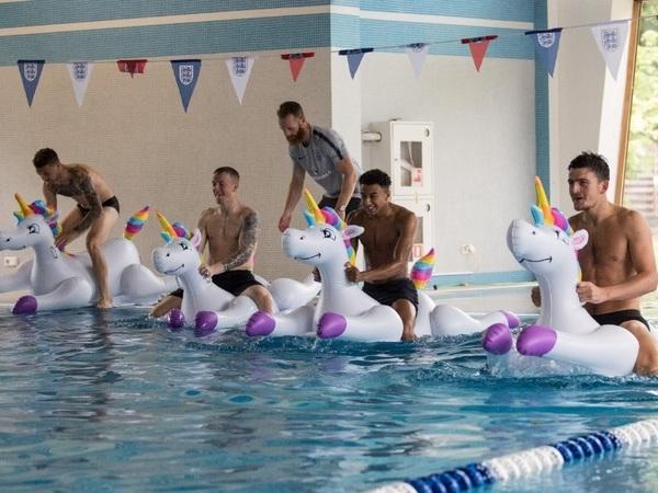 Сборная Англии тренируется в Репино верхом на надувных единорогах