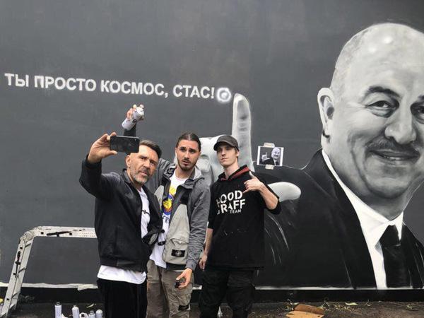 «Потому что он космос»: В Петербурге нарисовали граффити с Черчесовым, Шнуров поставил копирайт