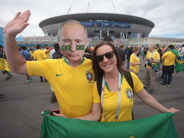 Путин, динозавры и Пикачу: фанаты Бразилии и Коста-Рики зажигают перед матчем