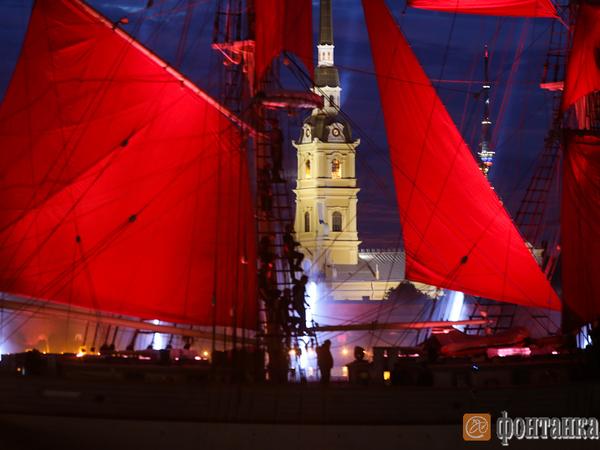 По Неве вновь прошёл бриг с алыми парусами