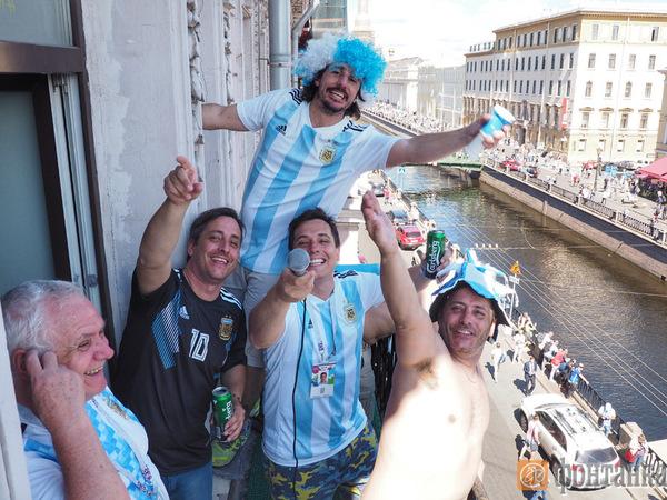 Полиции пришлось снимать поющих аргентинцев с окон