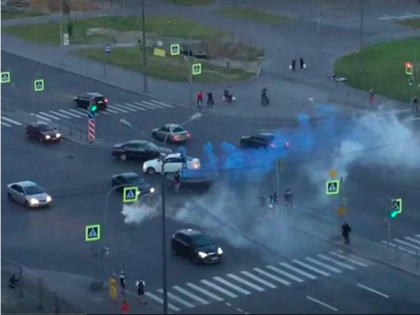 Петербуржцы попрыгали на батуте с файерами посреди дороги в Приморском районе