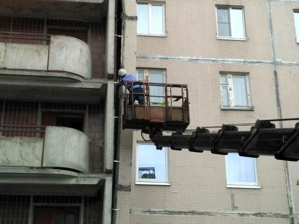 Отслоившуюся от дома на Щербакова панель вернут на место, опасности для жильцов в ней не нашли