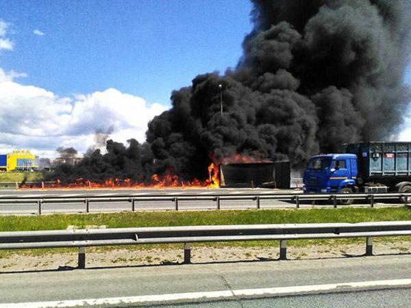 Возле «Меги Парнас» горит грузовик с асфальтом