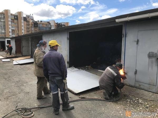 Смольный сносит гаражи на Вербной улице