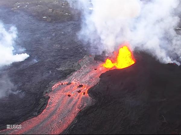 Лава извергающегося вулкана наГавайях образовала практически 1,6км суши