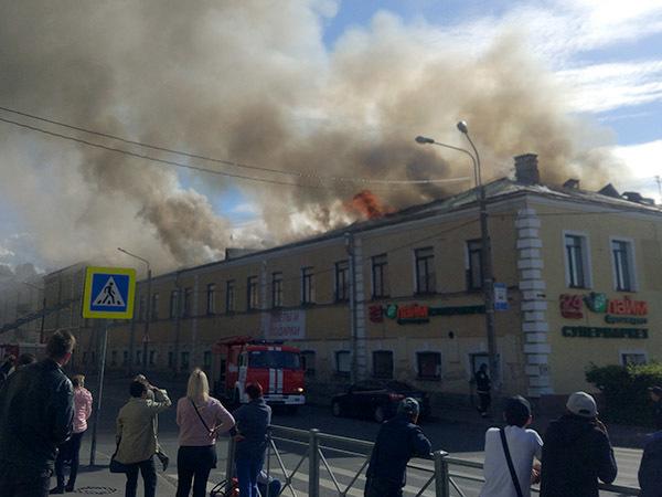 В Ломоносове горит торговый центр прямо напротив вокзала