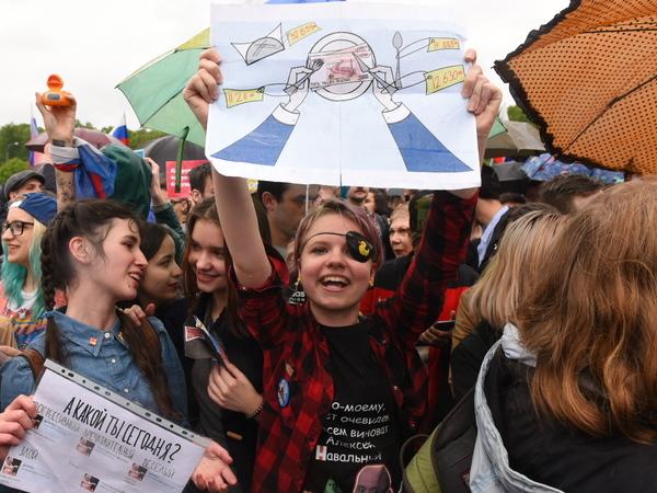 Без штанов не бегай и в митингах не участвуй: что не советуют делать петербургским студентам и школьникам