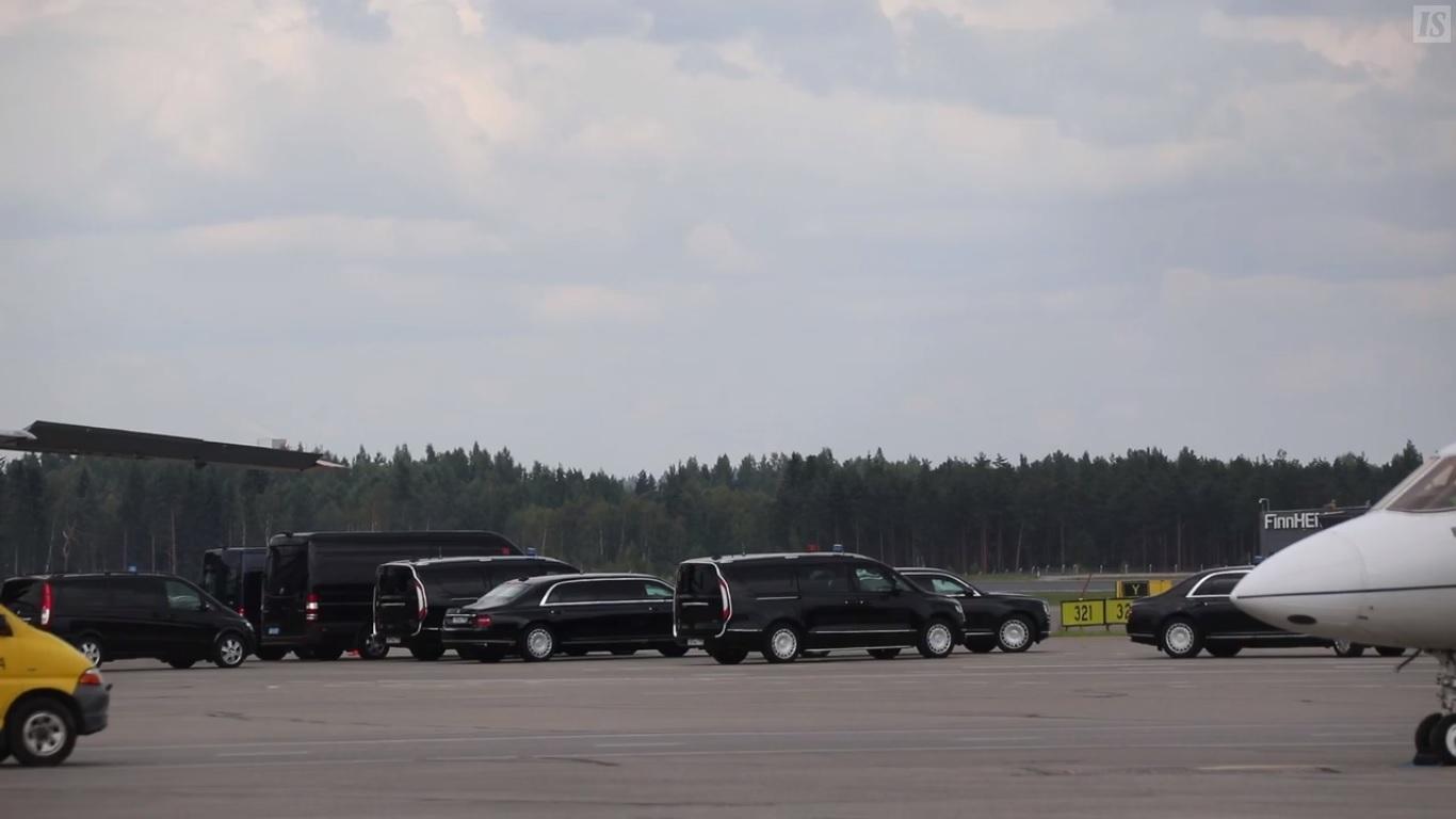 Автомобили для российской делегации в аэропорту Хельсинки-Вантаа / скриншот с видео Ilta-Sanomat