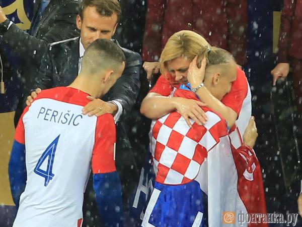Дождь во время награждения победителей ЧМ-2018 испортил прическу президента Хорватии. Путина укрыли зонтом, а ее – нет