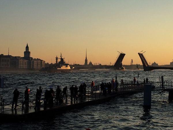 20 боевых кораблей и катеров ночью прошли по фарватеру Невы
