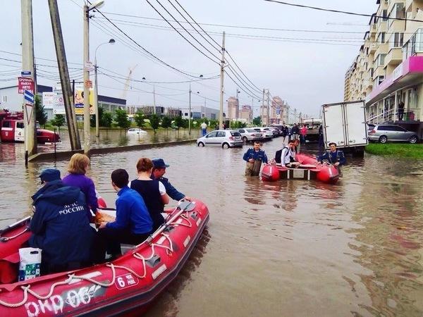 Ливень затопил Краснодар. Горожане на лодках добирались в магазин, спасатели эвакуировали пассажиров застрявших автобусов