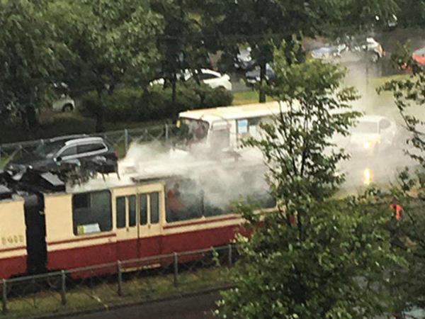 На Энгельса трамвай сдался петербургской непогоде и собрал пробку