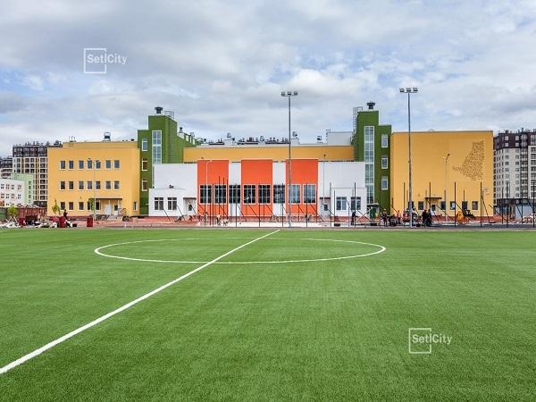 Команда Setl Group сыграла в футбол на школьном стадионе в ЖК «Солнечный город»