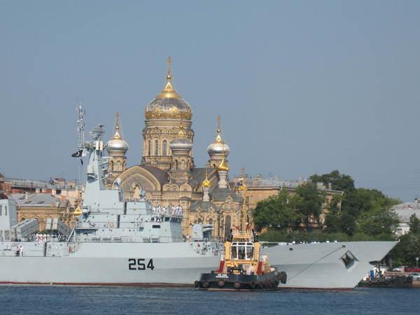 В Петербурге можно увидеть новейший фрегат ВМС Пакистана. Корабль утром зашел в Неву