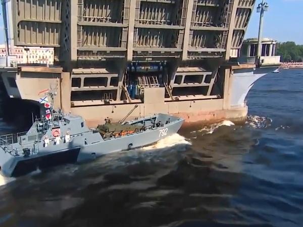 Военные отрицают удар десантного катера об опору Благовещенского моста. Столкновение попало на видео