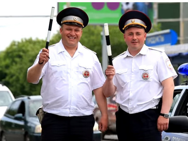 Нарушителя штрафуя, не считает он рублей: свердловские дорожные инспекторы сняли клип ко Дню ГАИ