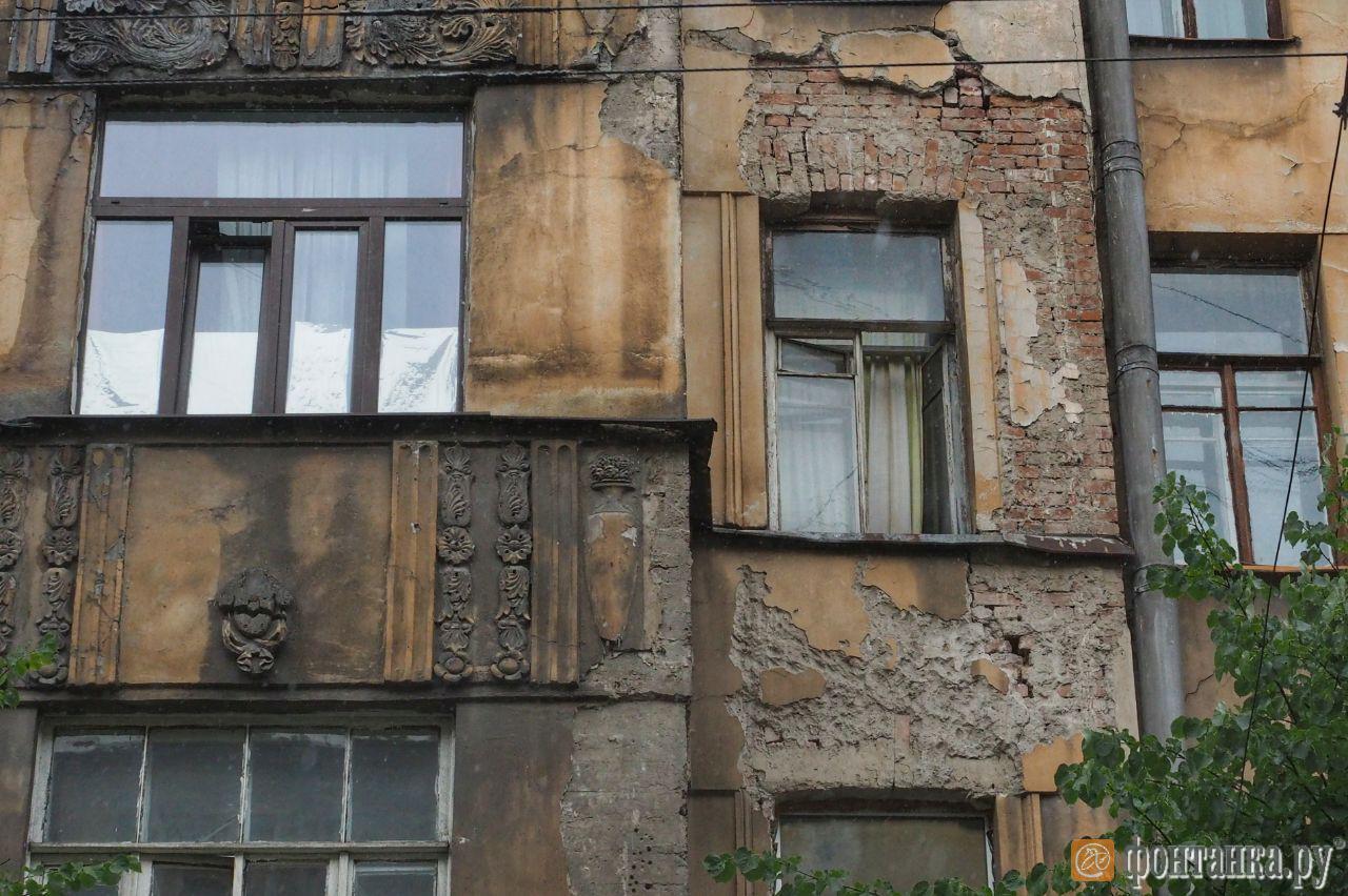 одна из трещин на фасаде здания