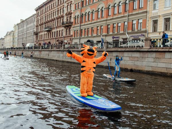 Рыжий Кот Группы «Эталон» проплыл на доске по каналам Санкт-Петербурга