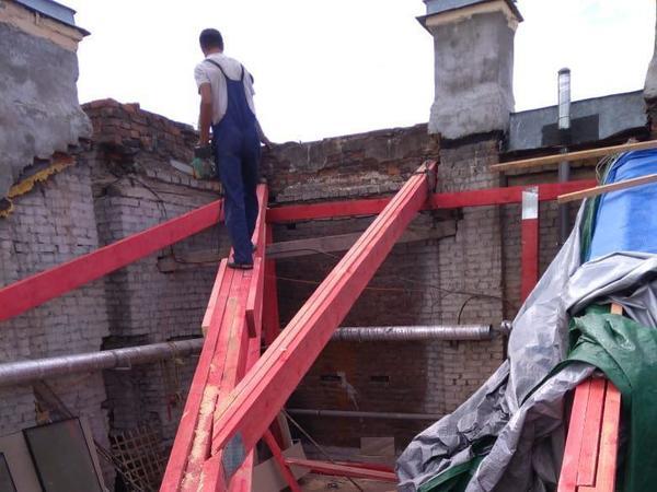 Подрядчик затянул с ремонтом крыши исторического здания на Литейном. Дождь полил в квартиру
