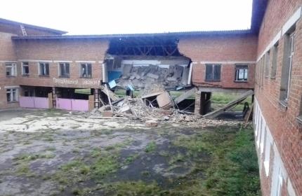Под Иркутском рухнула стена школы. Здание признали аварийным еще 9 лет назад (Иллюстрация 1 из 1) (Фото: 38.mchs.gov.ru)