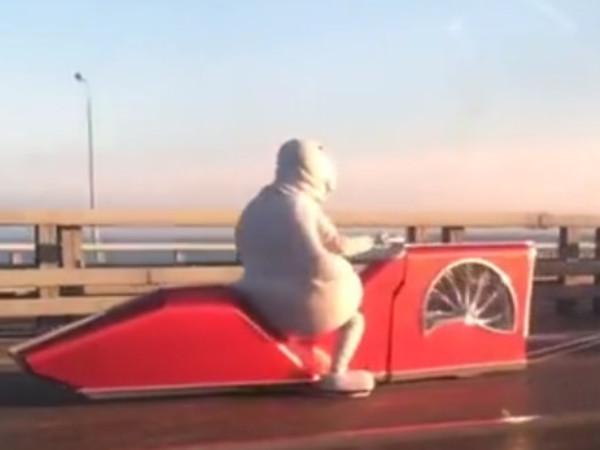 На дамбе заметили Ждуна на странном транспорте. «Фонтанка» объясняет, что это