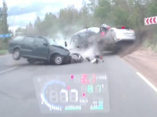 Мистическое видео с машиной-невидимкой показывает смертельное ДТП в Сосновом Бору