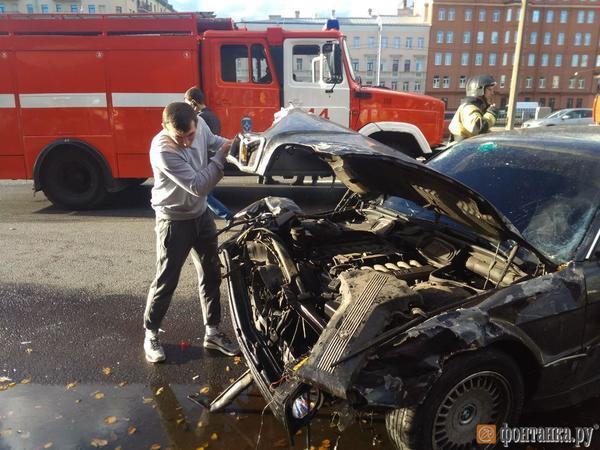 Семь машин пострадали в аварии у планетария на Обводном. «Ситроен» вынесло на тротуар, из дымящегося «Фольксвагена» водителя вытаскивали прохожие