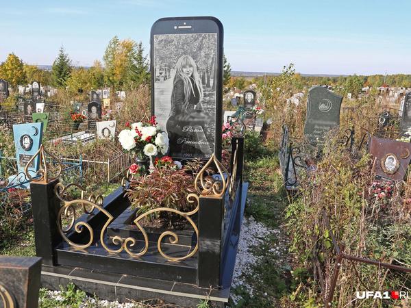На могиле девушки в Уфе установили огромный гранитный айфон