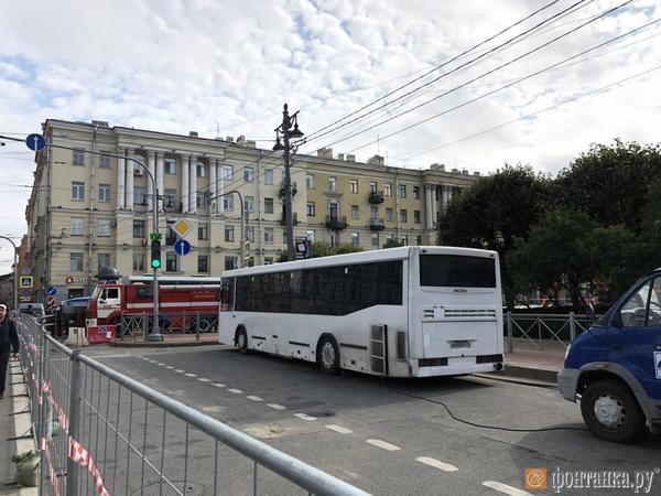 Поливальные машины и колючая проволока: на площади Ленина ремонтируют трубу перед митингом сторонников Навального