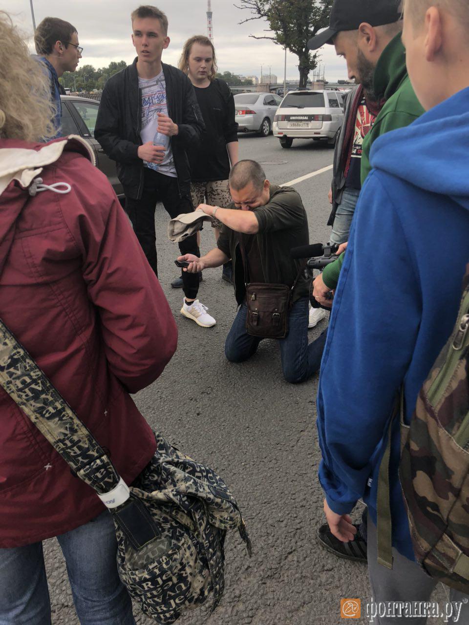 Протестующие против пенсионной реформы вышли на Пироговскую набережную. Участнику акции водитель распылил в лицо перцовый баллончик (Иллюстрация 2 из 2) (Фото: Ксения Клочкова /