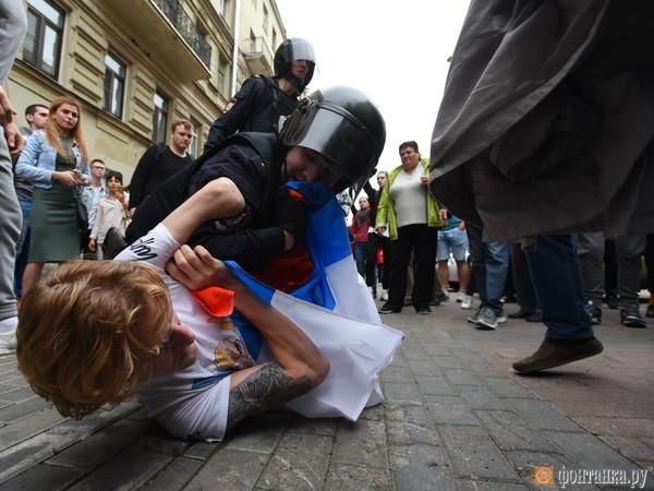 Более 400 задержанных, дымовые шашки, дети в автозаках. Митинг против пенсионного возраста завершился в Петербурге